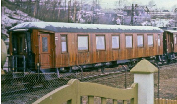 Personvogn litra Ao3a nr. 690 på sin siste tur, i godstog i Sagdalen